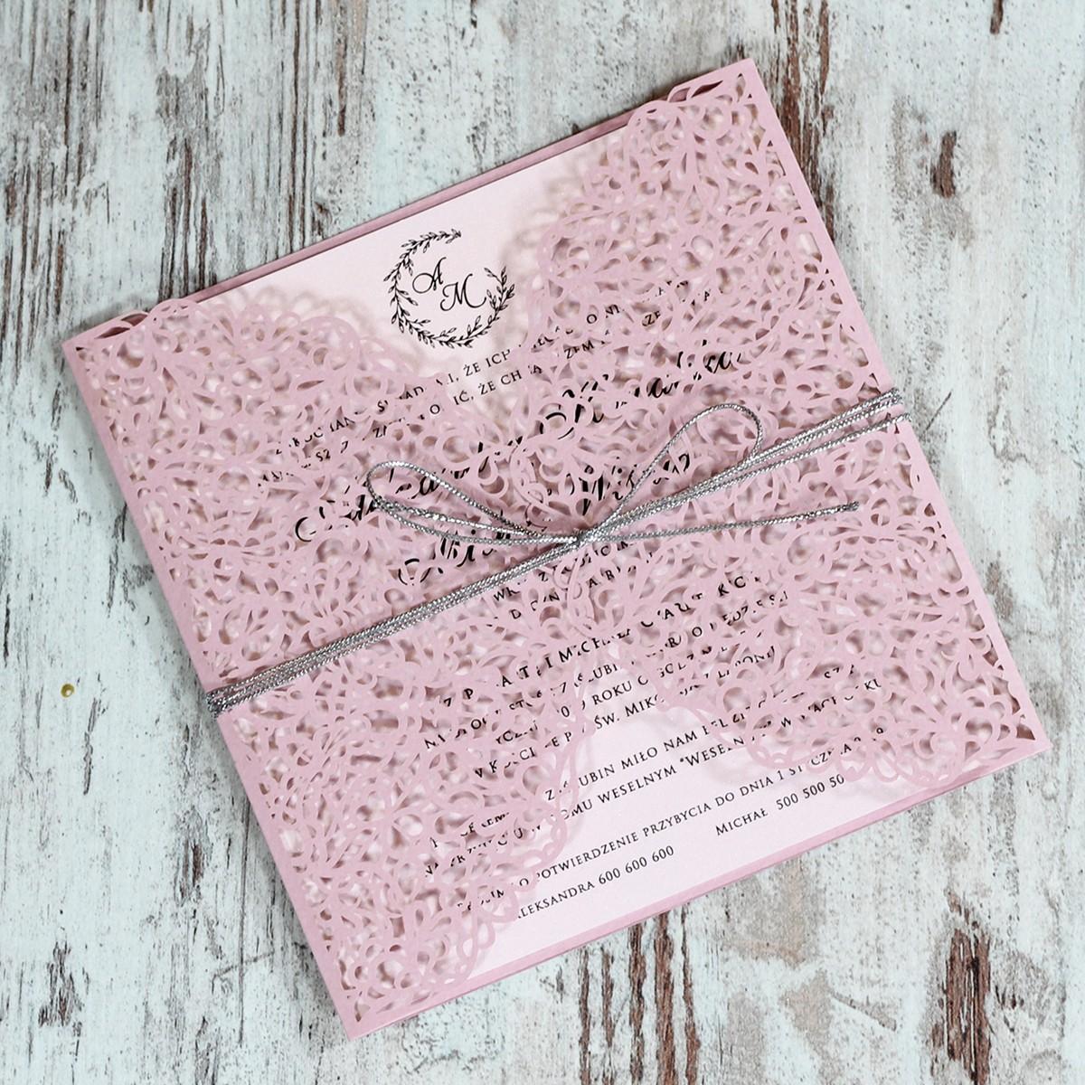 Różowe, ażurowe zaproszenia ślubne ze srebrnym sznurkiem
