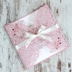 Różowe, ażurowe zaproszenia ślubne z białą wstążką