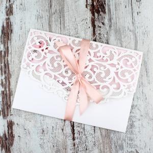 Białe, ażurowe zaproszenia ślubne w kształcie koperty