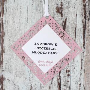 Różowa, ażurowa zawieszka ślubna