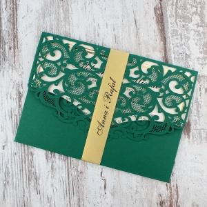 Zielone, ażurowe zaproszenia ślubne w kształcie koperty