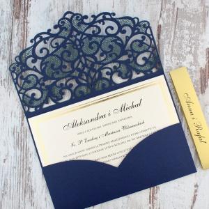 Granatowe, ażurowe zaproszenia ślubne w kształcie koperty2