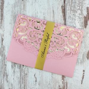 Różowe, ażurowe zaproszenia ślubne w kształcie koperty