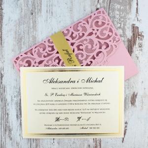 Różowe, ażurowe zaproszenia ślubne w kształcie koperty3