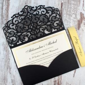 Czarne, ażurowe zaproszenia ślubne w kształcie koperty