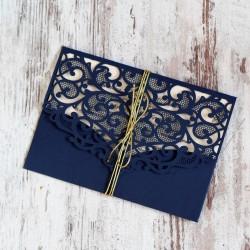 Granatowe, ażurowe zaproszenia ślubne w kształcie koperty
