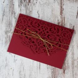 Bordowe, ażurowe zaproszenia ślubne w kształcie koperty