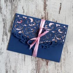 Niebieskie, ażurowe zaproszenia ślubne w kształcie koperty